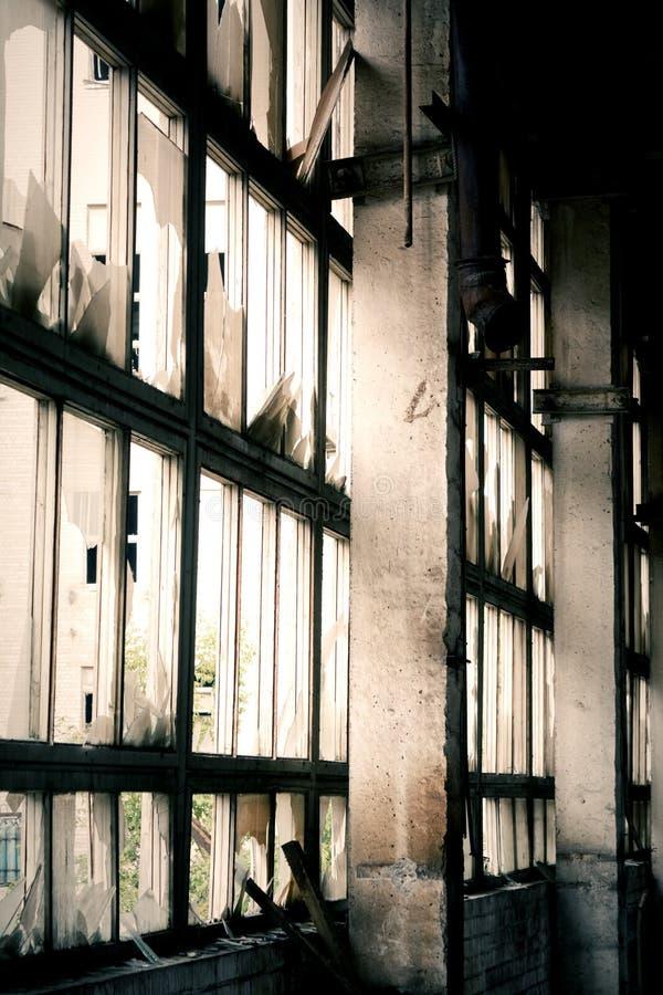 Ventana de la fábrica abandonada fotografía de archivo