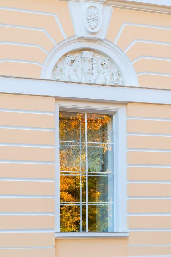 Ventana de la fachada septentrional del palacio de Mikhailovsky - edificio del museo ruso del estado en St Petersburg, Rusia fotografía de archivo