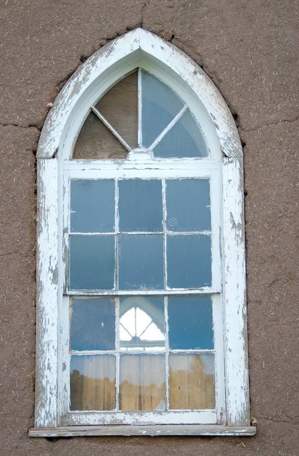 Ventana de la iglesia y pared viejas de Adobe foto de archivo libre de regalías