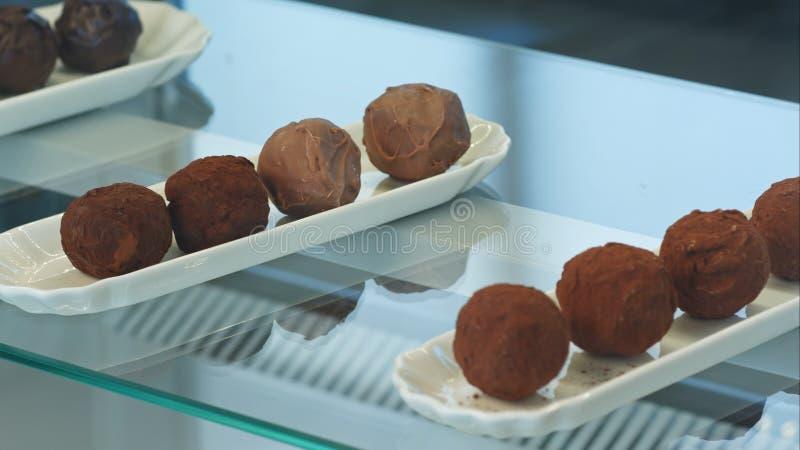 Ventana de la tienda con las pilas de dulces del chocolate imagen de archivo libre de regalías