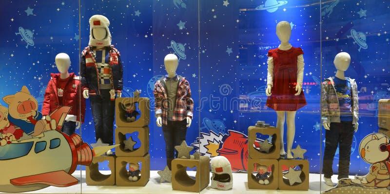 Ventana de la tienda de la ropa de los niños, vuelo espacial de los niños y imagenes de archivo