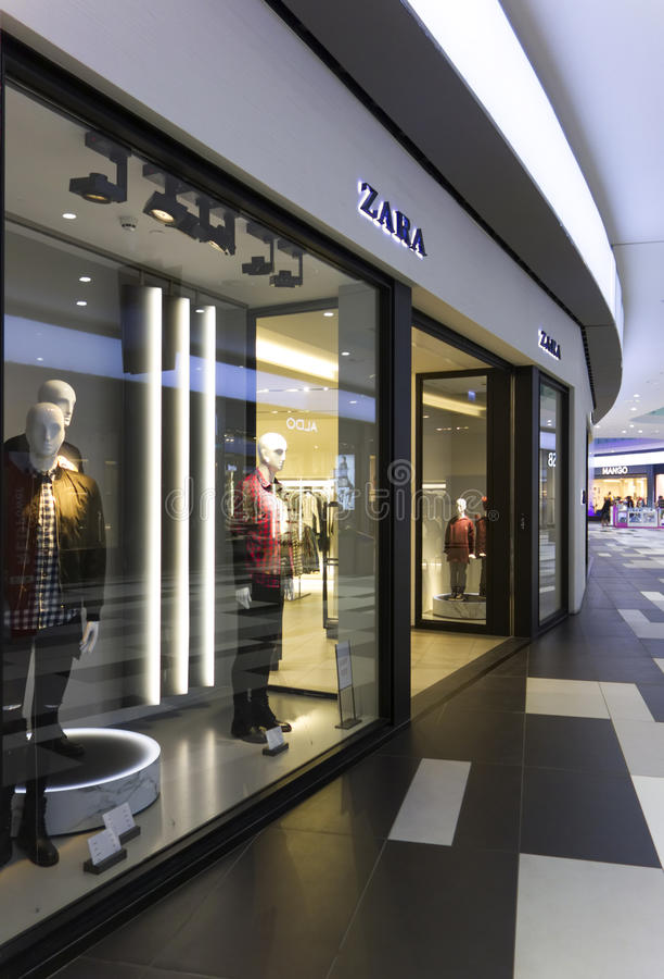 Ventana de la tienda de Zara en el centro comercial de Paphos fotografía de archivo libre de regalías
