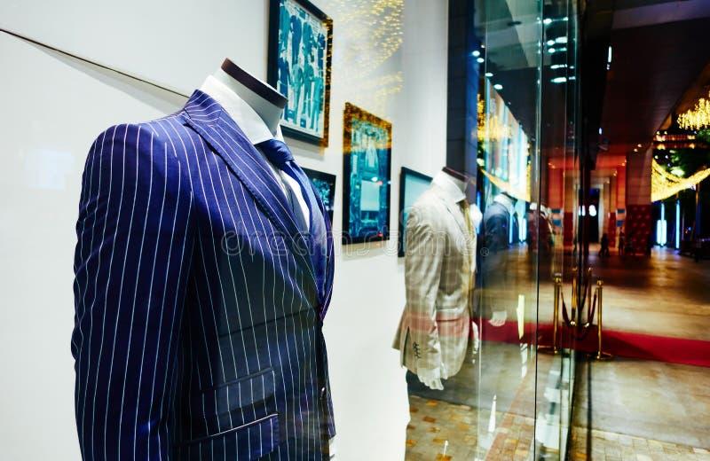 Ventana de la tienda del traje de los hombres, ventana de tienda de ropa del hombre fotos de archivo libres de regalías