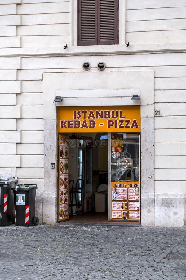 Ventana de la tienda de un restaurante turco del kebab en Roma, Italia imagen de archivo libre de regalías