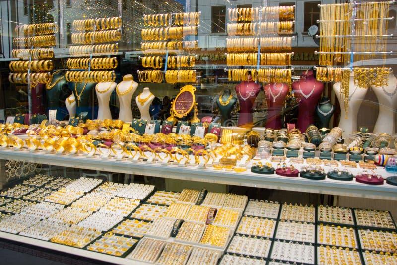 Ventana de la tienda de la venta con joyería del oro Pulseras, anillos y collares hermosos Ankara, Turquía fotos de archivo