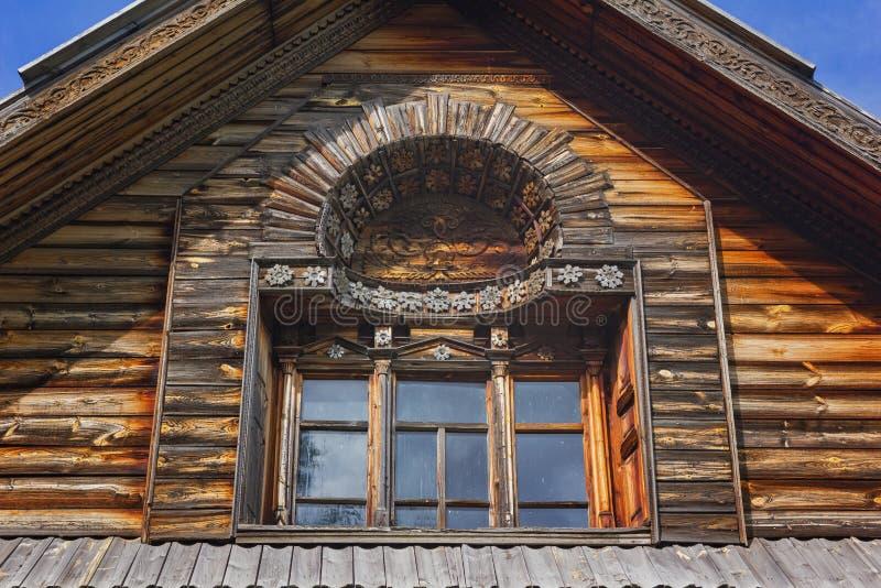 Ventana de madera antigua con el modelo imágenes de archivo libres de regalías