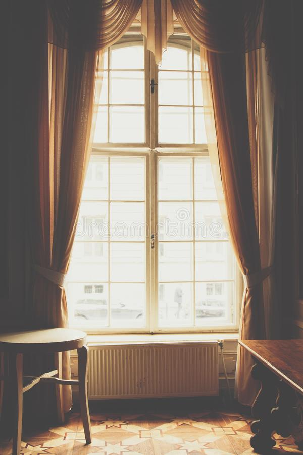 Ventana de madera con las cortinas del vintage y moldeado cuadrado en un d?a soleado cortinas beige del sat?n Interior fondo para fotografía de archivo
