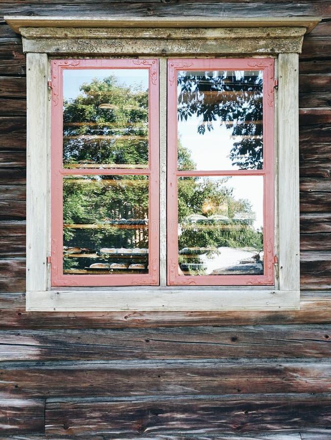 Ventana de madera en la pared vieja foto de archivo libre de regalías