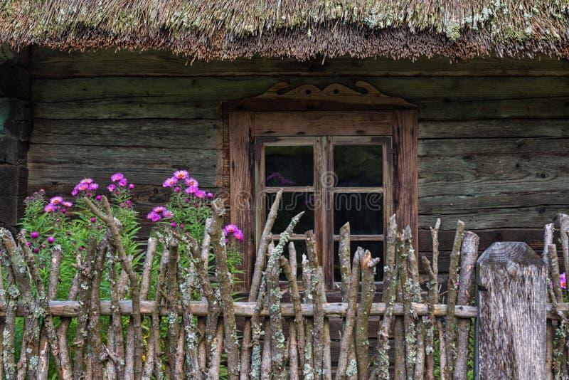 Ventana de madera Lituania de la casa de campo imagenes de archivo