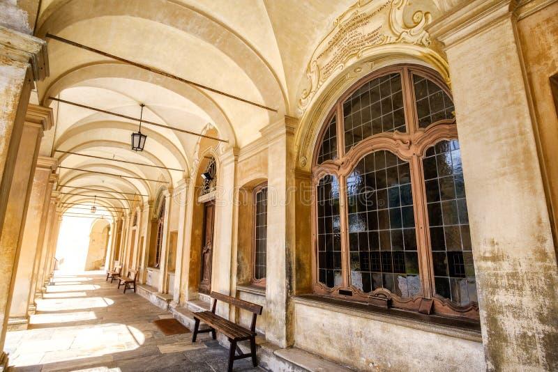 Ventana de madera Varallo Sacro Monte Piedmont Vercelli Italy de la capilla larga de los pórticos imágenes de archivo libres de regalías