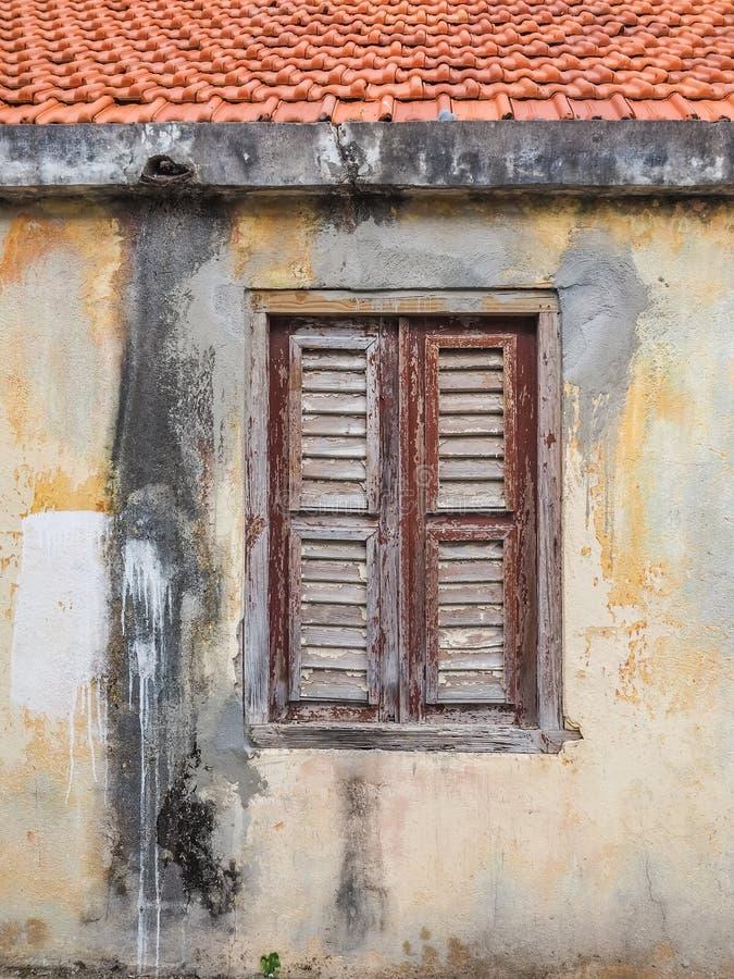 Ventana de madera vieja amarilla - opiniones de Curaçao del distrito de Petermaai imagen de archivo libre de regalías
