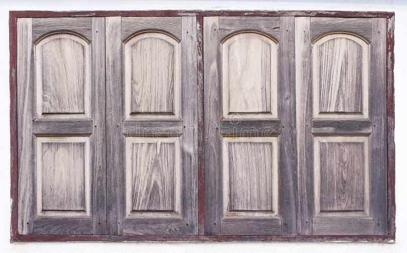 Ventana de madera vieja con la pintura en fondo del muro de cemento imagenes de archivo
