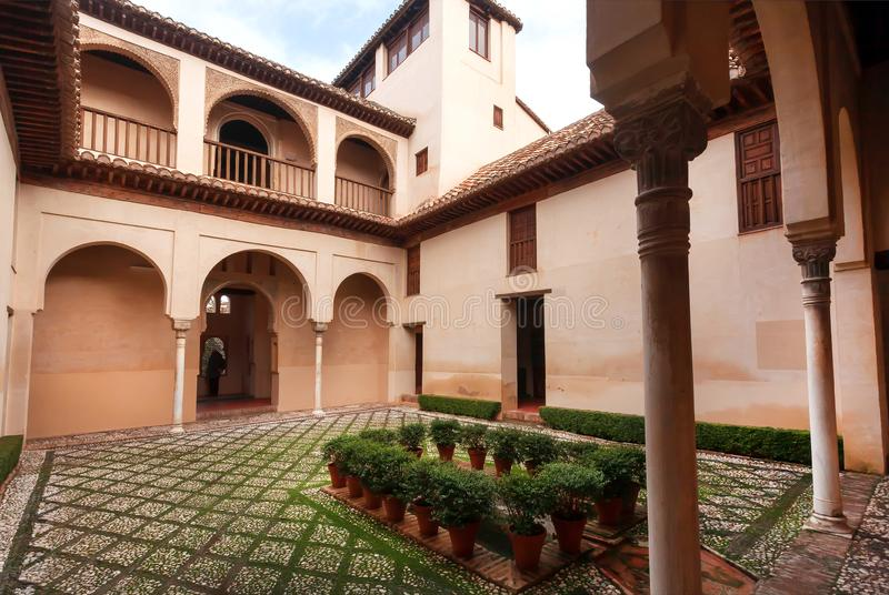 Ventana de observación turística dentro del patio histórico con el arco en la casa tradicional de Andalucía, España foto de archivo
