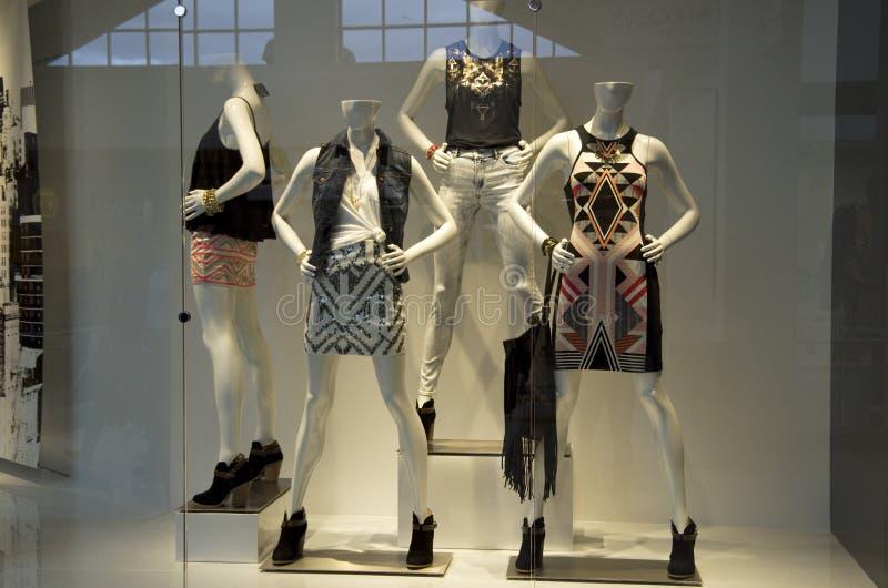 Ventana de tienda de la moda fotografía de archivo
