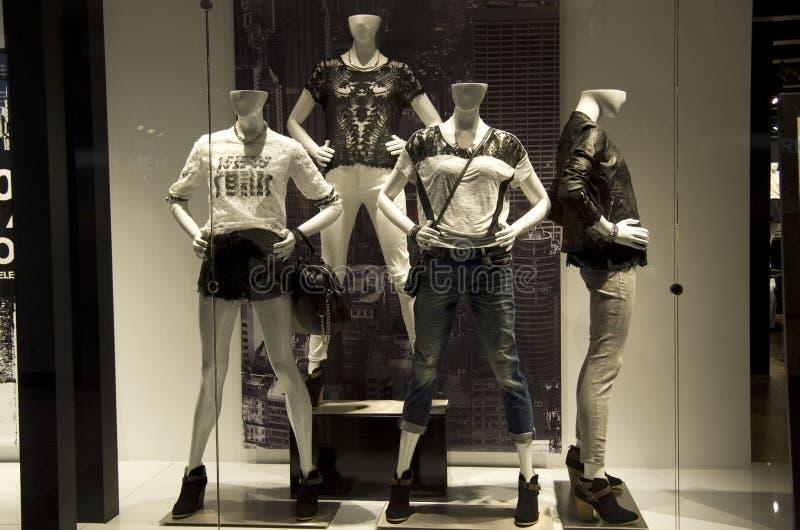 Ventana de tienda de la moda imagen de archivo
