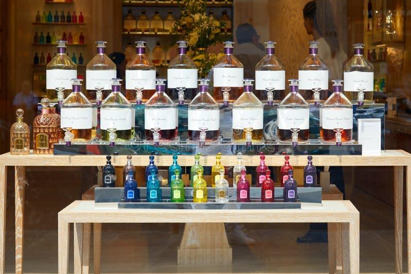 Ventana de tienda de Guerlain en París con las botellas transparentes y coloridas de la fragancia en un verano soleado fotografía de archivo libre de regalías