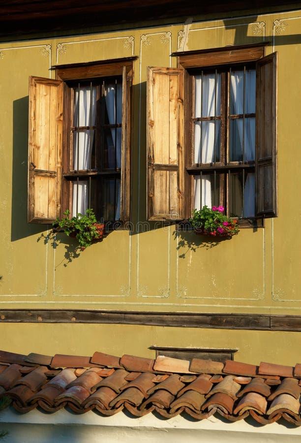 Ventana de un hogar tradicional imagen de archivo libre de regalías