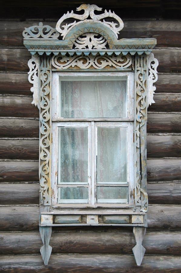 Ventana de una casa rusa vieja foto de archivo libre de regalías