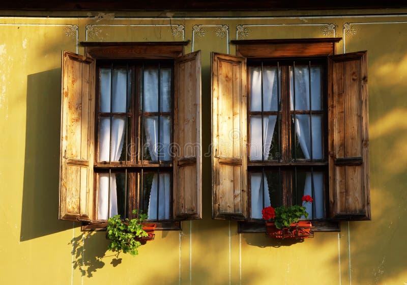 Ventana de una casa tradicional imagen de archivo