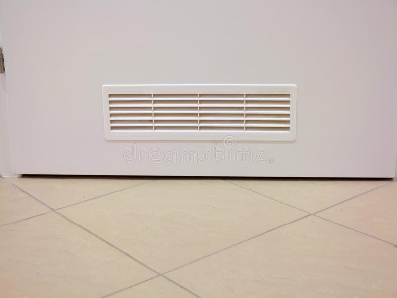 Ventana de ventilación en puerta de madera fotografía de archivo libre de regalías