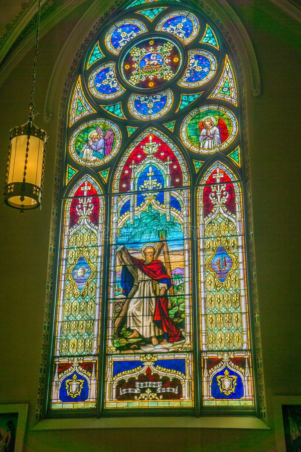 Ventana de vidrio hermosa de la mancha en la iglesia católica de St Andrew foto de archivo libre de regalías