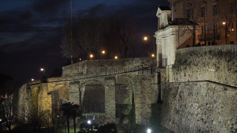 Ventana decorativa de una vivienda histórica La ciudad vieja Las paredes venecianas durante la tarde imagen de archivo