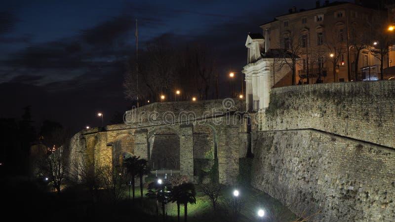 Ventana decorativa de una vivienda histórica La ciudad vieja Las paredes venecianas durante la tarde fotos de archivo