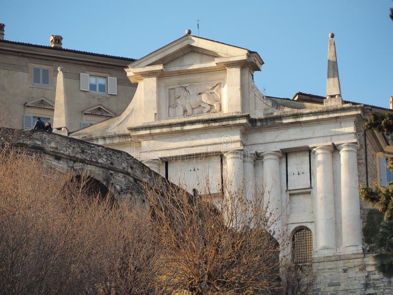 Ventana decorativa de una vivienda histórica La ciudad vieja Paisaje en la vieja puerta Porta San Giacomo imagenes de archivo