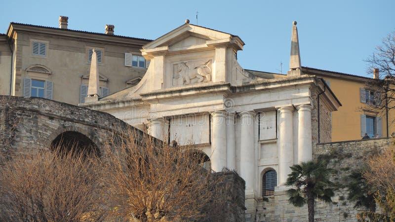 Ventana decorativa de una vivienda histórica La ciudad vieja Paisaje en la vieja puerta Porta San Giacomo imagen de archivo libre de regalías