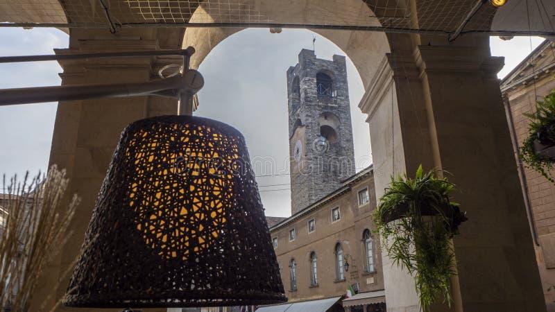 Ventana decorativa de una vivienda histórica La ciudad vieja La vieja plaza principal y a los edificios que la rodean con nuevos  fotos de archivo libres de regalías