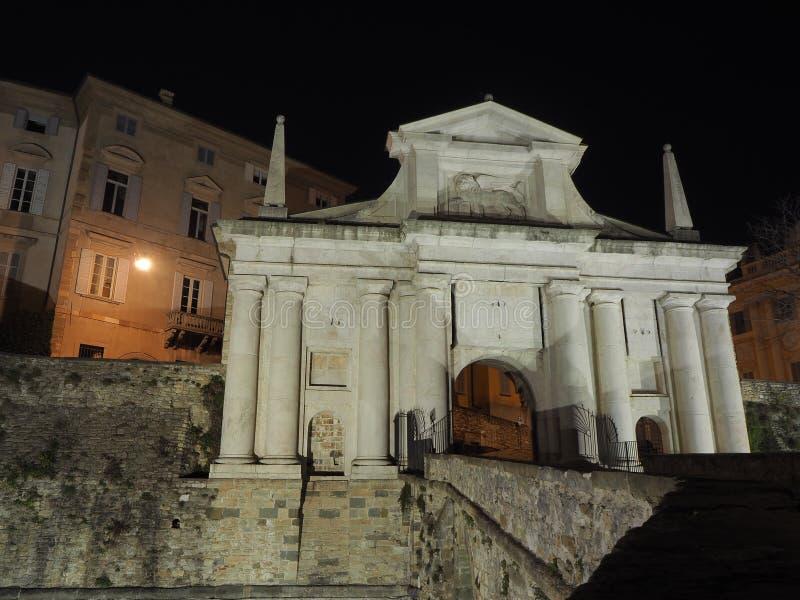 Ventana decorativa de una vivienda histórica La ciudad vieja Porta San Giacomo durante la noche Paredes venecianas fotografía de archivo