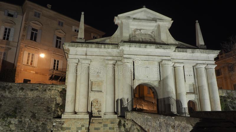 Ventana decorativa de una vivienda histórica La ciudad vieja Porta San Giacomo durante la noche Paredes venecianas fotografía de archivo libre de regalías