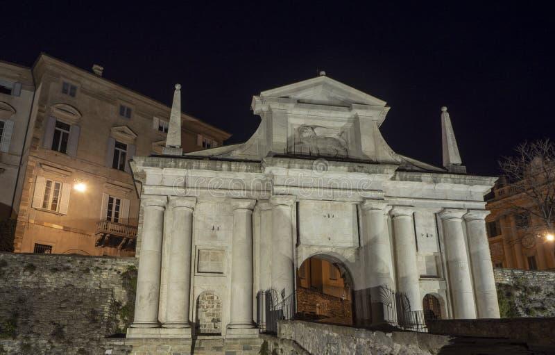 Ventana decorativa de una vivienda histórica La ciudad vieja Porta San Giacomo durante la noche Paredes venecianas fotos de archivo