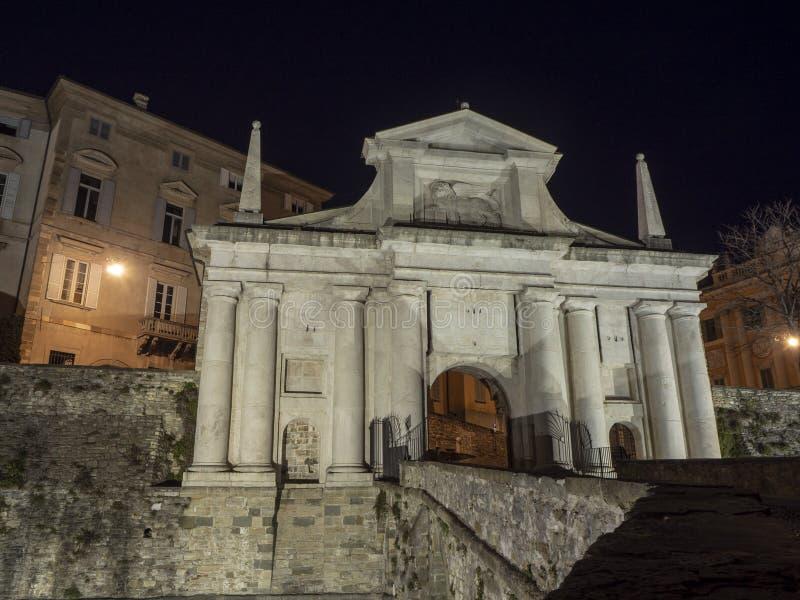 Ventana decorativa de una vivienda histórica La ciudad vieja Porta San Giacomo durante la noche Paredes venecianas fotos de archivo libres de regalías