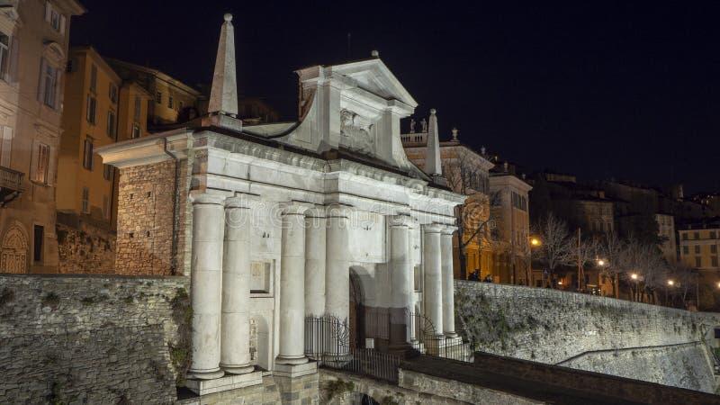 Ventana decorativa de una vivienda histórica La ciudad vieja Porta San Giacomo durante la noche Paredes venecianas imágenes de archivo libres de regalías