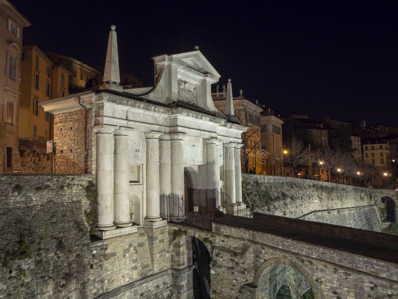 Ventana decorativa de una vivienda histórica La ciudad vieja Porta San Giacomo durante la noche Paredes venecianas foto de archivo libre de regalías