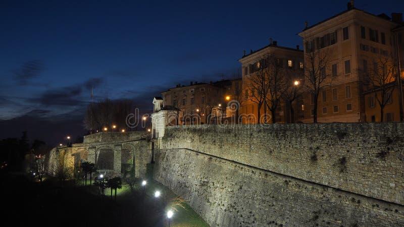 Ventana decorativa de una vivienda histórica Monumento de San Giacomo y las paredes venecianas durante la tarde imágenes de archivo libres de regalías