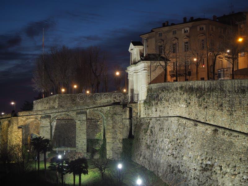 Ventana decorativa de una vivienda histórica Monumento de San Giacomo y las paredes venecianas durante la tarde imagen de archivo