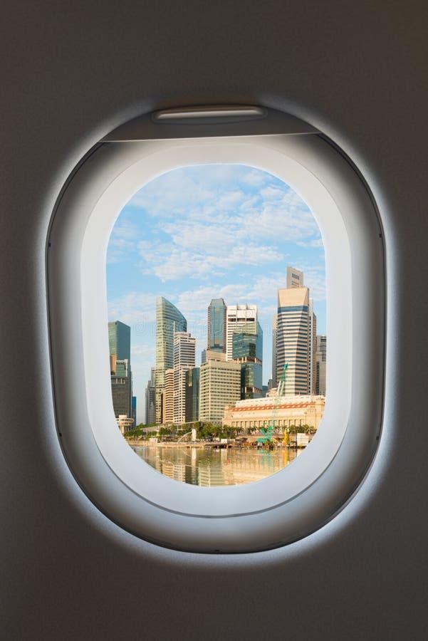 Ventana del aeroplano y horizonte moderno de la ciudad fotos de archivo libres de regalías