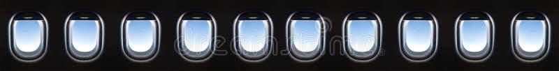 Ventana 10 del aeroplano y nubes blancas suaves fantásticas contra azul imágenes de archivo libres de regalías