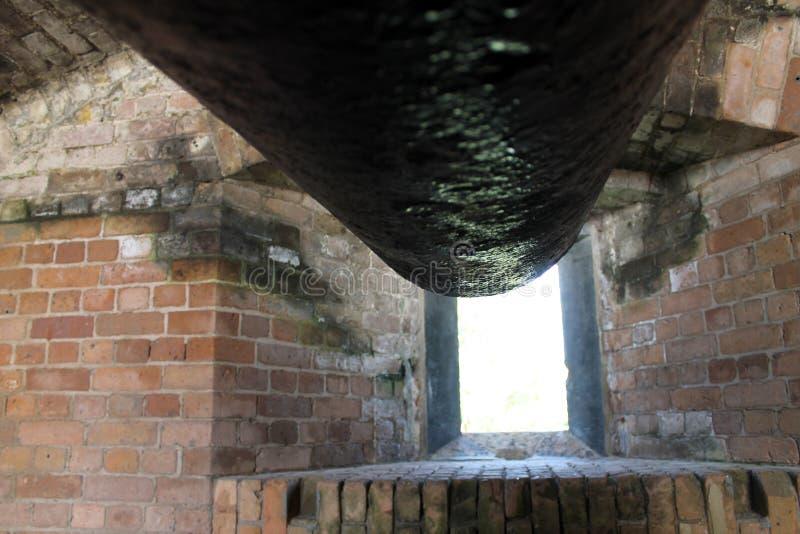 Ventana del cañón en arcón del fuerte foto de archivo libre de regalías