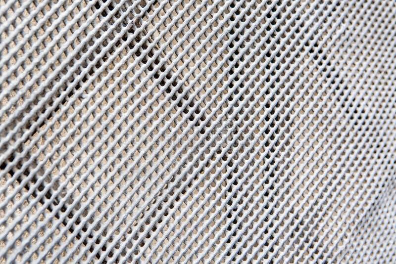 Ventana del enrejado del metal en la pared imagenes de archivo