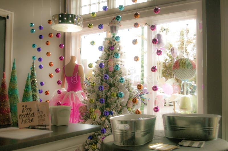 Ventana del escaparate de la Navidad en un boutique foto de archivo libre de regalías