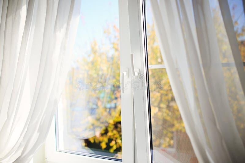 Ventana del otoño imagen de archivo