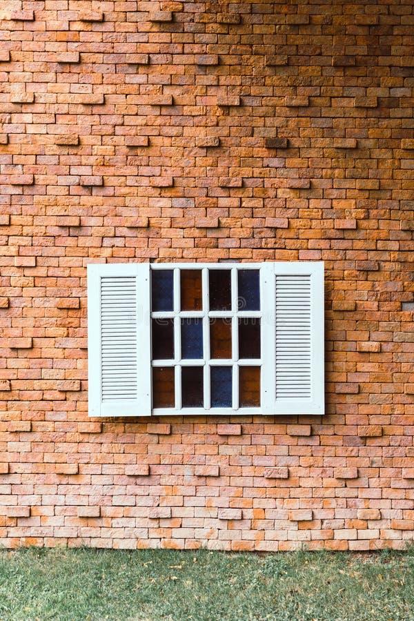 Ventana del vintage en la pared de ladrillo foto de archivo