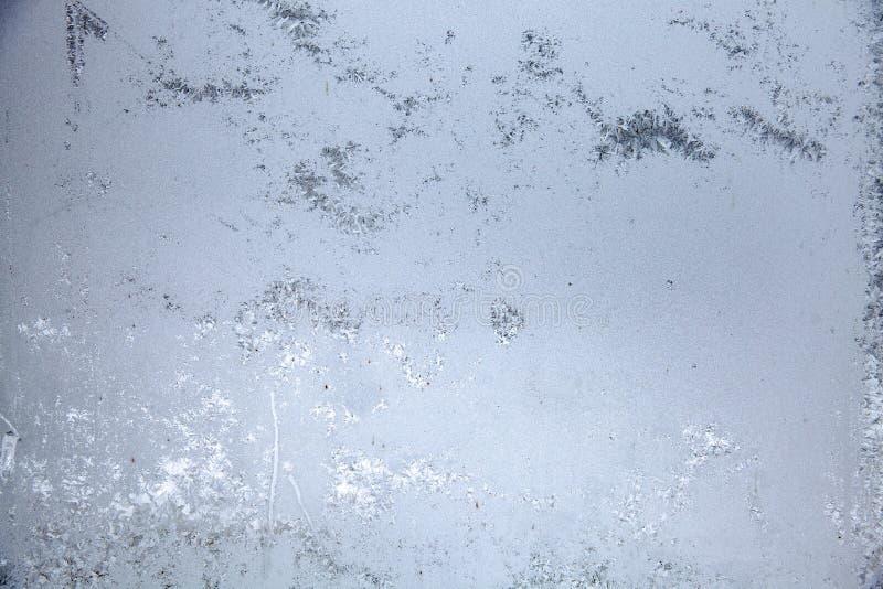 Ventana en el cuarto cubierto con el mosaico escarchado en invierno Modelos de Frost sobre el vidrio imágenes de archivo libres de regalías