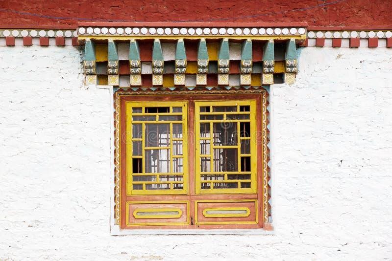 Ventana en el monasterio de Sanghak Choeling, Sikkim, la India imágenes de archivo libres de regalías