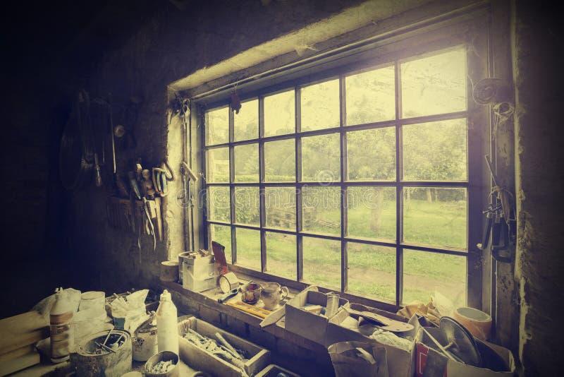 Ventana en el taller del carpintero, estilo del vintage fotos de archivo libres de regalías