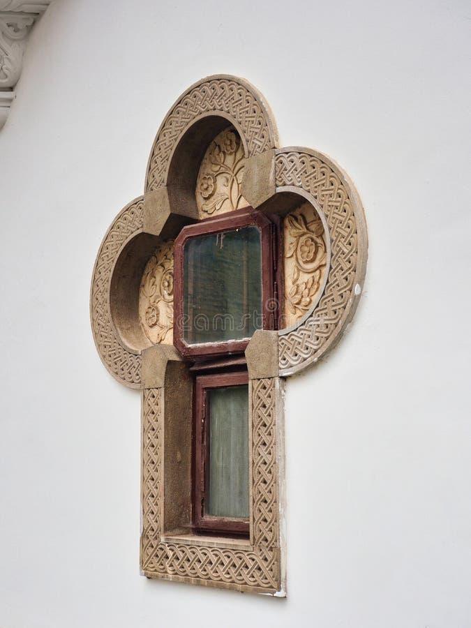 Ventana en forma cruzada, monasterio de Sinaia, Rumania fotos de archivo