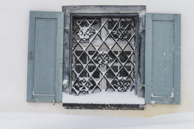 Ventana en la nieve Parpan foto de archivo